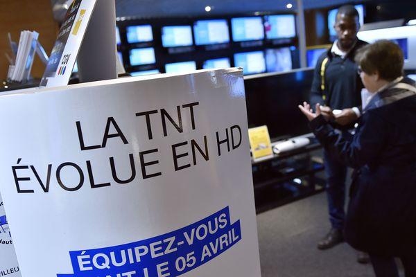 Un panneau annonçant le passage en HD de la télévision numérique terrestre (TNT) en France, le 1er avril 2016. Près de trois ans après la phase 1 (en Île-de-France), la phase 10 qui concerne une partie du centre de la France, dont l'ouest de l'Aube.