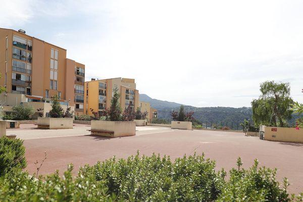 La place du Belvédère est devenue la place du Colonel Arnaud Beltrame à Carros.