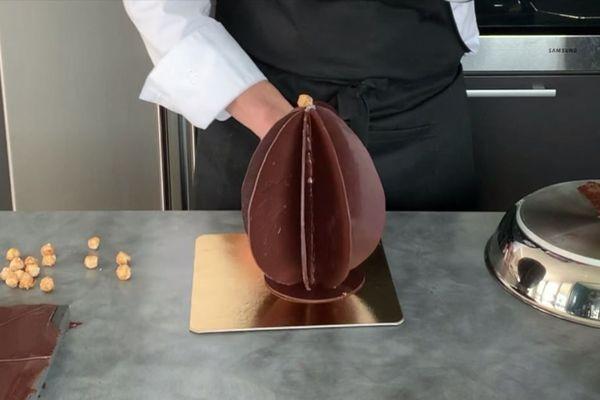 Décorez l'oeuf avec des fruits sec, par exemple.