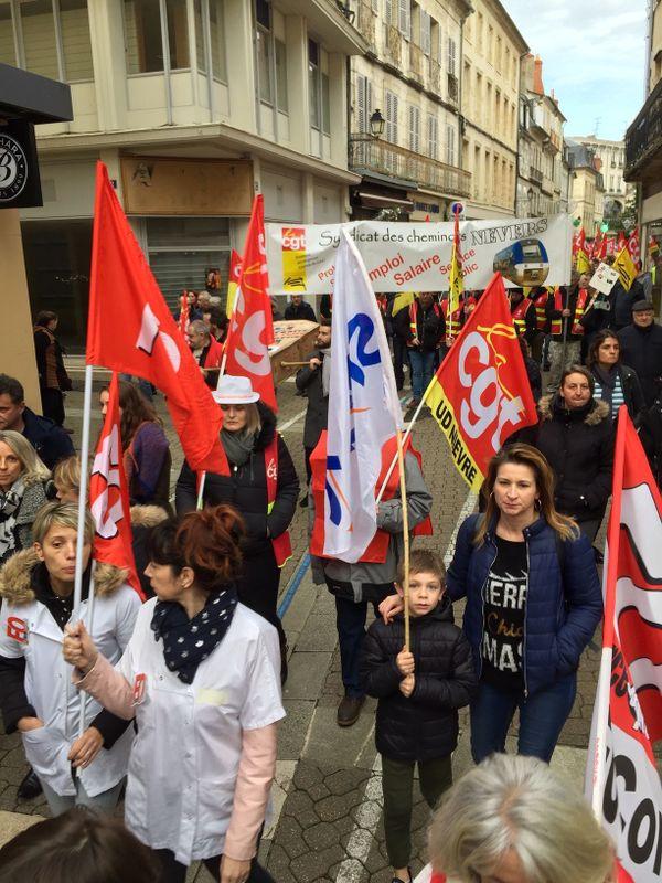 Militants syndicaux ou simples salariés, les manifestants ont défilé dans le calme dans le centre-ville de Nevers.