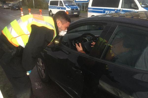 La police allemande contrôle avec des masques à Kehl les automobilistes franchissant la frontière.