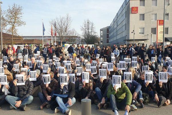 Rassemblement ce lundi matin devant le lycée Bourdelle pour une journée de solidarité avec les six profs menacés de sanction.