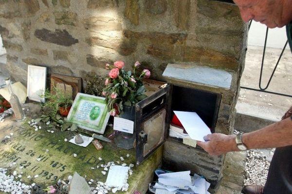 75 ans après sa mort Antonio Machado continue à recevoir du courrier au cimetière de Collioure.