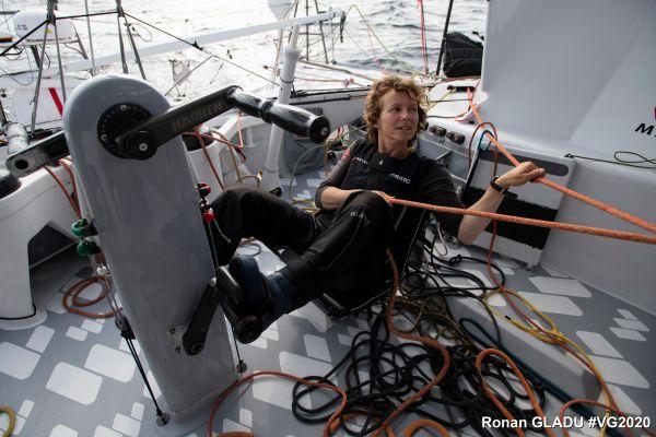 Isabelle Joschke disposait d'un pédalier pour l'aider à gérer les voiles.