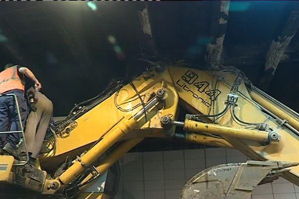Le bras de la pelleteuse a également endommagé la gaine d'évacuation du tunnel. Les réparations seront compliquées.
