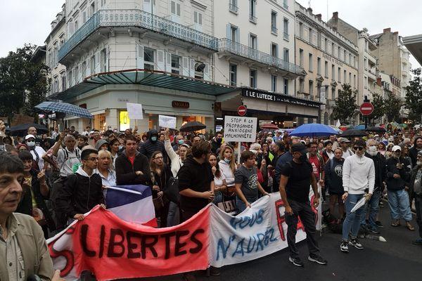 Samedi 24 juillet, appel à la mobilisation partout en France pour dire non au pass sanitaire. A Vichy, en Auvergne, 500 personnes se sont rassemblées dans le centre-ville.