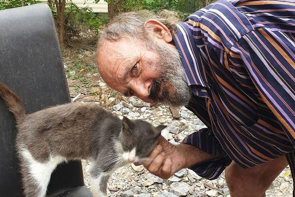 Jean Luce, 80 ans, est un ancien chauffeur routier international qui vit seul dans un mobil home à Mougins.