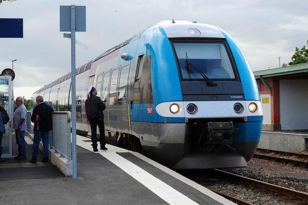 Sur la ligne de Saint-Gilles-Croix-de-Vie, la gare de Challans, un pôle multimodal neuf, une rame TER neuve, des rails d'avant guerre sur lesquels les trains roulent à 60km/h