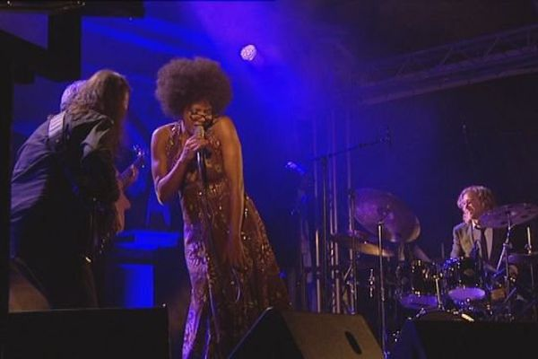 Mina Agossi, en concert à Besançon le 14 août 2015.