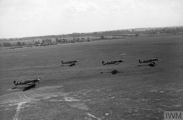 Des Spitfire du 122 Squadron décollant de la base aérienne d'Hornchurch pendant la Seconde Guerre Mondiale (photo non datée).