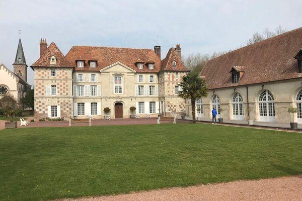 Le Château d'Hermival (14) reporte les mariages qui auraient dû se tenir au mois d'avril et de mai 2021.