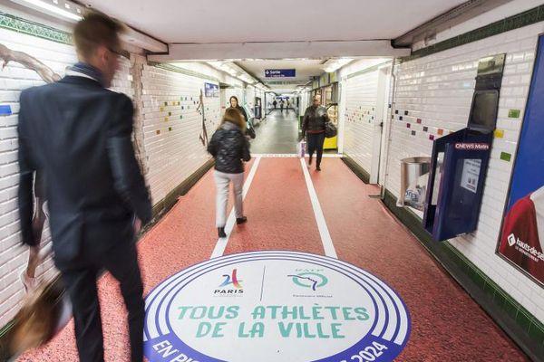 Les couloirs de la station Hôtel-de-Ville, à Paris.