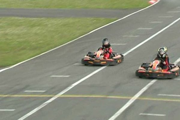 Les jeunes pilotes au coud à coude sur la piste de karting d'Ostricourt.