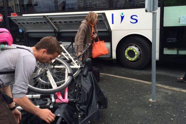 Pour certains usagers, transporter leur vélo devient particulièrement malaisé.