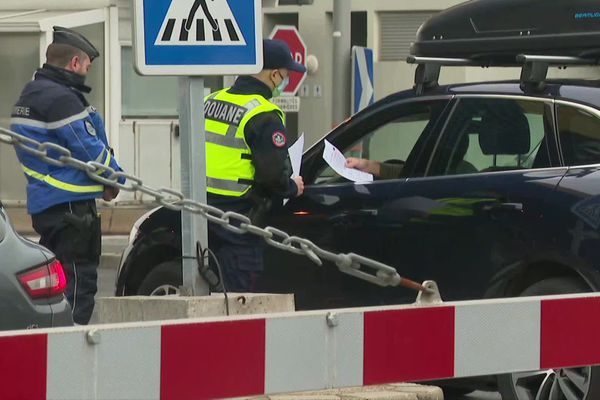 """Des contrôles """"pédagogiques"""" ont été mis en place ce samedi 19 décembre à la frontière entre la Suisse et la Haute-Savoie"""