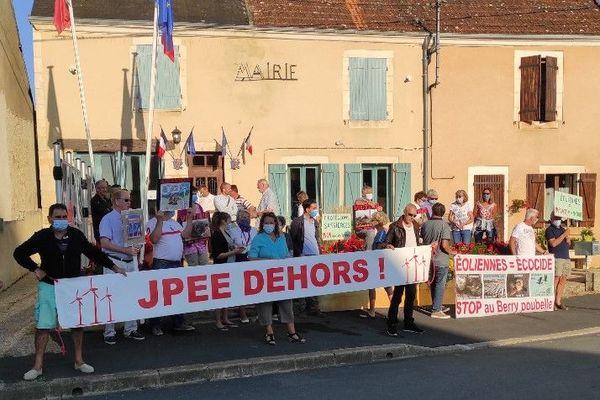 Des opposants au projet de parc éolien manifestent devant la mairie de Sassierges-Saint-Germain.