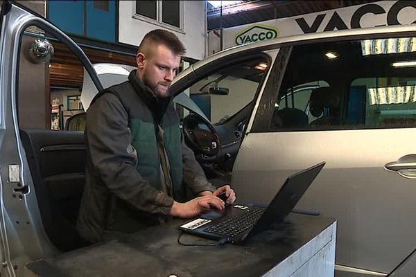 Quentin Briegelreprogramme des fichiers constructeurs d'un véhicule pour les rendre compatible à l'éthanol.