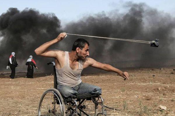 Le 11 mars 2018 dans la bande de Gaza. Cette photo, prise par Mahmud Hams de l'Agence France-Presse, est l'affiche du Prix Bayeux 2019