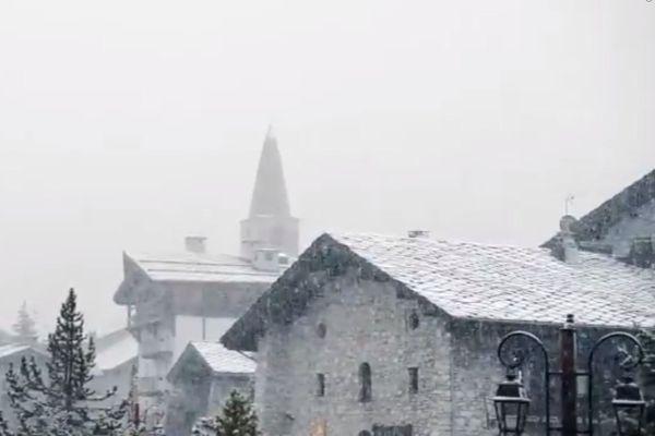 La neige tombe sur le village de Val-d'Isère (Savoie)
