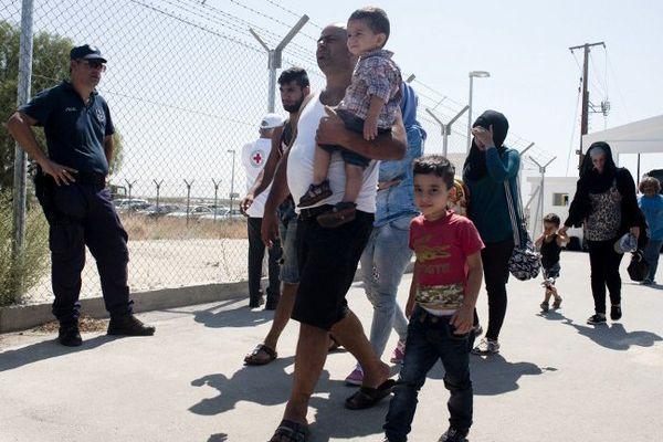 Des familles syriennes arrivant dans un camp de réfugiés à Chypre.