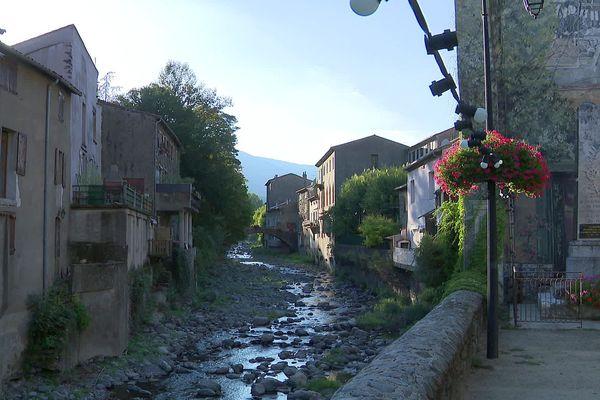 Valleraugue (Gard) - le fleuve Hérault et les maisons du village cévenol - 21 septembre 2021.