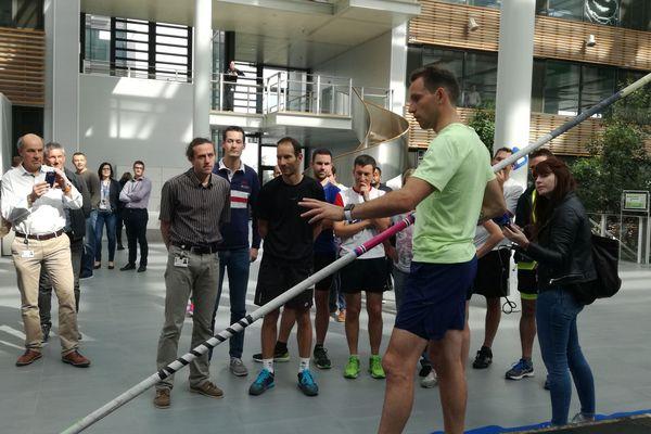 Le 28 septembre à Clermont-Ferrand, Renaud Lavillenie donnent aux salariés Michelin leur première leçon de saut à la perche