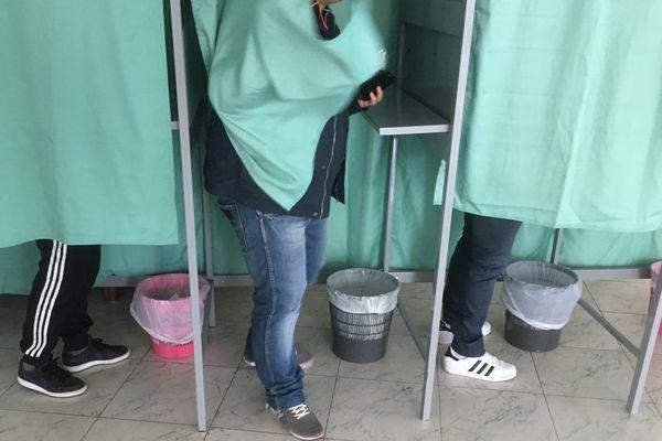 23/04/2017 - Passage par les isoloirs en Corse, lors du premier tour de l'élection présidentielle