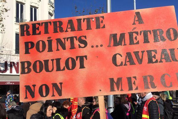 Règle d'or pour le Président de la République, la retraite par points est contestée lors des manifestations.