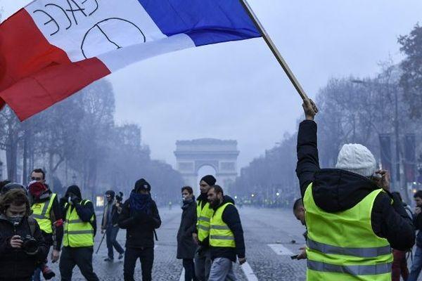 """Un collectif prévoit d'organiser un """"Réveillon des gilets jaunes"""" sur les Champs-Elysées."""