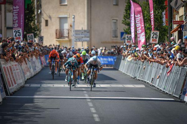 Bryan Coquard (en bleu), à l'arrivée au sprint, sur la première étape de la Route d'Occitanie