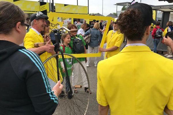 Le village du Tour de France à Mulhouse ouvre ses portes. Il y a déjà du monde.