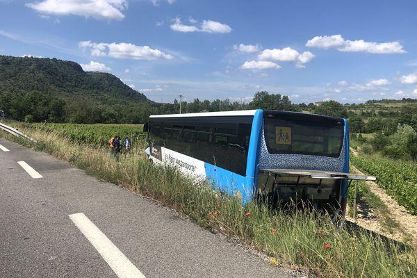 Après le choc, le car scolaire a continué sa course sur une trentaine de mètres avant de s'arrêter dans un champs de vignes, heureusement en restant sur ses roues.