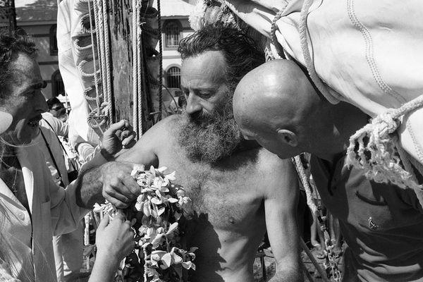 """Le navigateur solitaire Bernard Moitessier arrive, barbu, à bord de son bateau, le """"Joshua"""", à Tahiti le 25 juin 1969 pour sa première escale après dix mois lors de course autour du monde sans escale."""