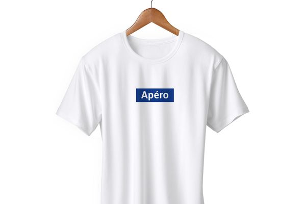 Un t-shirt qui reprend la signalétique des stations de métro.