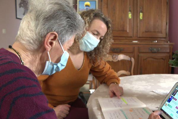"""Le département des Landes a lancé le service """"Vivre à domicile"""" en mai 2019 pour préserver l'autonomie des personnes vulnérables. Elles apprennent notamment à manipuler des tablettes pour rester reliées avec le monde extérieur."""