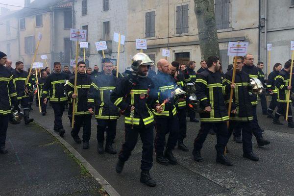 Les pompiers du Lot sont venus en nombre manifester dans les rues de Cahors.