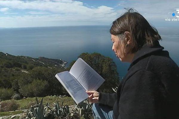 Critique littéraire, écrivaine, ancienne enseignante... Angèle Paoli passe sa retraite à Canari, son village natal.
