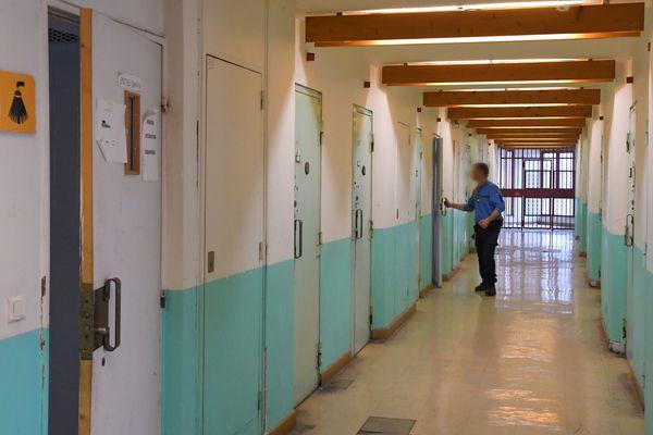 Dans certaines cellules individuelles du centre pénitentiaire de Perpignan, les détenus s'entassent à trois.