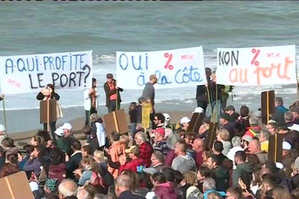 Plusieurs centaines de personnes se sont retrouvées ce dimanche 6 octobre sur la plage pour dénoncer la construction d'un port de plaisance à Bretignolles-sur-mer.
