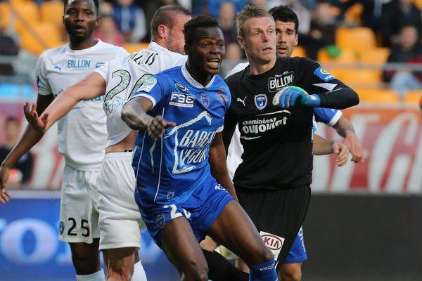 Les Niortais (en blanc) se sont lourdement inclinés à Troyes lors de la dernière journée de championnat de Ligue 2 (4-1).