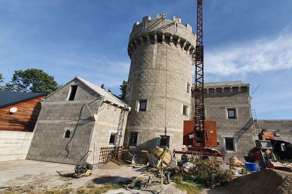 Dans le Puy-de-Dôme, un passionné construit lui-même son château fort, dans le hameau de Mareuge.