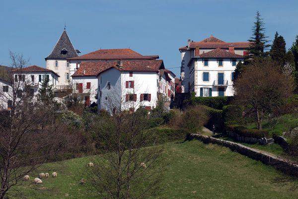 """La village à l'architecture basque Sare est le candidat de la nouvelle région à l'émission """"Le village préféré des Français""""."""
