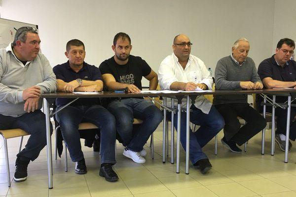 Les représentants des clubs corses de rugby et le secrétaire général du comité corse de rugby réunis ce mercredi à Lucciana.
