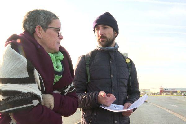 Les opposants à la réforme des retraites, Joëlle et Sébastien, ont distribué des tracts près de Rots (14) le 18 janvier 2020.