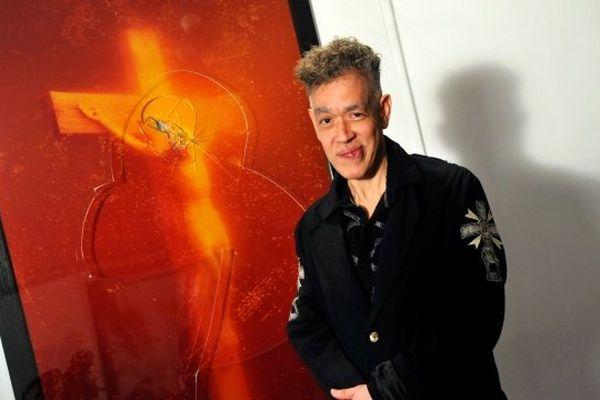 2011 - Fondation Lambert Avignon / L'artiste Andres Serrano et sa photographie vandalisée Piss Christ