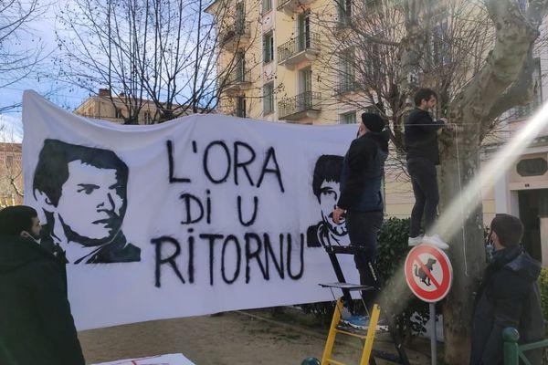 À Corte, des banderoles sont installées. Elles réclament le retour de Pierre Alessandri et Alain Ferrandi.