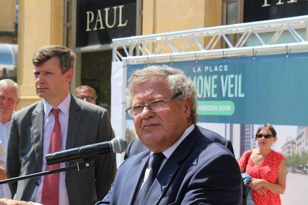 Jean Veil, l'un des fils de Simone et Antoine Veil, a pris la parole durant l'inauguration d'une place au nom de sa maman à Nancy devant la gare.