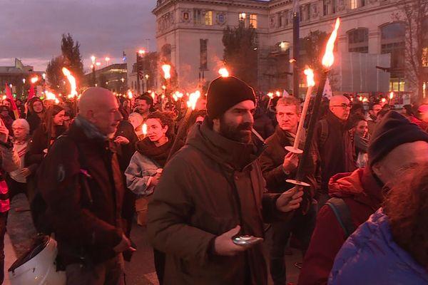 Départ de la retraite aux flambeaux devant la gare Matabiau à Toulouse