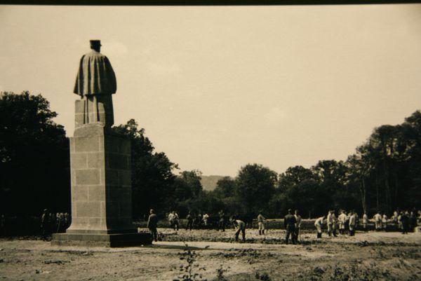 Après la signature de l'Armistice entre la France et l'Allemagne le 22 juin 1940, le site de la clairière de Rethondes à Compiègne est détruit sur ordre d'Adolf Hitler. Seule la statue du maréchal Foch est conservée.