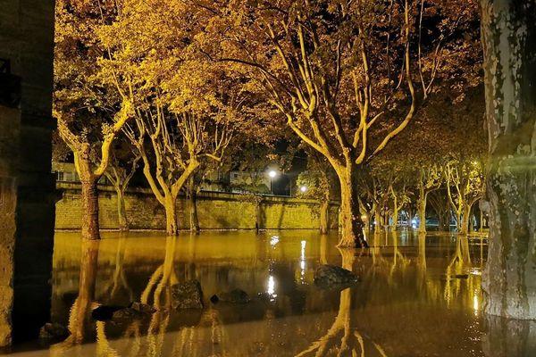 Le parking du casino a été inondé cette nuit à Beaucaire. La mairie a fait retirer les voitures de manière préventive samedi soir